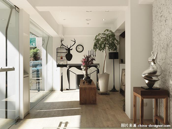 来到远硕设计办公室,可见海岛木地板的清新温柔,任由暖阳自玻璃门