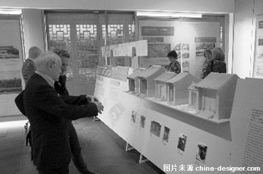 图:观众在讨论中国古代建筑工艺 此次展览展出了百余幅图片、八座生动形象的模型和三部精彩详实的电影视频,真实还原了宫殿、民居、园林等建筑类型的发展历史,台基、梁架、斗拱等部件的营造技法以及藻井、浮雕、彩绘等装饰制作工艺,全方位、多角度地展示了中国古代建筑的发展状况。 在世界古代建筑中,唯有中国使用木材作为主要建筑材料并延续5000多年,形成了独特的木结构建筑体系,具有悠久的历史和光辉的成就。此次展览的目的在于加深两国在历史文化领域的交流与发展。作为本次活动的承办方之一,北京市文物局副局长崔国民表示。 柏