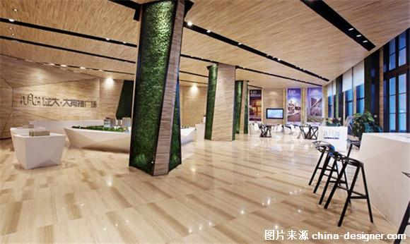 设计师:杜柏均 设计公司:柏仁国际联合设计 该项目为地处廊坊的售楼处,建筑面积1000平方米,设计师杜柏均先生运用扭转几何的旋转型态,在一虚一实之间刻画出空间中的光影变化与节奏。利落的线条勾勒出矩形的构架,简单而大器。浅色调的木纹搭配绿篱,朴实无华的色彩对比,不会惊艳,不会浮夸,却在无限的回味中让人感受到舒适的人文气息和艺术氛围。 展厅有着宽敞的内部空间,设计师希望不要制造任何能够阻挡视线的结构,为人以开阔的视野。浅色木纹成为这里的主色调,承重柱上的绿篱在这份清新中加入了自然的味道。虽然身处室内,却也让人