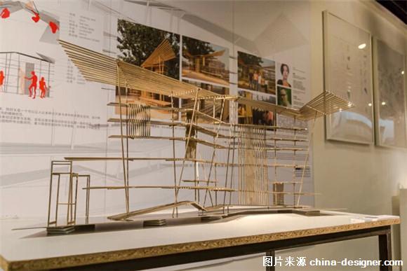 竹子历来是很多建筑师、设计师灵感的来源。由于竹造价低廉、低碳环保、容易加工,除了用于建筑材料、景观或室内设计,竹还可以被做成工艺品和生活用品。竹制品通过蒸煮、烘干后,使用期限远超过木制产品。再加上竹子坚忍不拔的特性,自古以来一直被文人雅士所推崇。 竹制品并非工匠的专利,建筑师们对这一材料也有着自己的解读。除了在建筑设计中的运用,他们也用竹做出了许多有趣的作品。 竹跳  张永和  图:2005第51届威尼斯艺术双年展中国馆室外参展作品 这是用竹子搭建的一个长52米、宽29米的装置,具体制作则由中国南方的传统