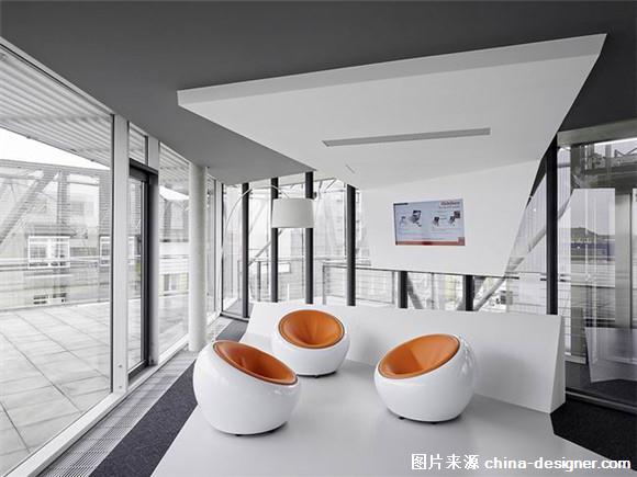 Ippolito Fleitz Group为韩国的国际广告公司INNOCEAN在德国法兰克福设计的欧洲总部,为这家年轻而注重设计的企业构建了一个灵活而现代化的办公场所,满足了公司不同工作领域的要求。雇员和客户一踏入宽敞的接待大厅,便可感受到内部设计元素中所蕴藏的动感和动态。这些元素贯穿开敞式的办公区域和公司内部的图书馆,直达位于六层的员工健身区。从这里,可以欣赏壮美的法兰克福城市景观。多边形的空间元素与丰富的建筑材料代表了公司本身对设计构成的高标准要求。开敞透明的办公区域搭配半开放以及私密会谈区域,促进了