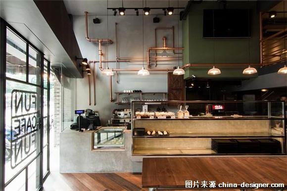这是位于台北的一座咖啡厅,建筑原先是一家传统的快餐店,格局不正导致光线阴暗,在新的业主买下这里后,聘请 LoqStudio 为其改造,设计师首先便拆除原先的隔断,让阳光可以从联通上下空间的落地窗洒入室内 ,一改原先的旧面貌。      进入室内整面的砖墙十分的抢眼,仅经过简单的打磨后暴露出最原始的面貌,用水管拼接成的围栏和餐桌带来粗犷浓厚的工业风。并利用黑色轨道灯和悬挂着的钨丝灯以及多色拼接的人字型木纹地板,营造出复古又温柔的空间调性。    用钢丝代替传统的楼梯扶手,让楼梯区域变得具有穿透性。   橄榄