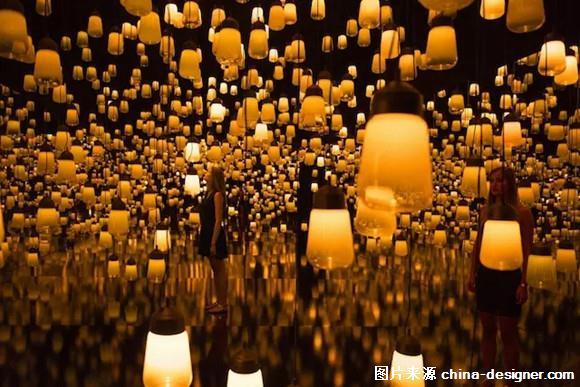 这是来自日本交互式灯光装置艺术设计团队 teamlab 的作品,teamlab