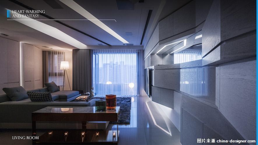 以优美的色彩与空间线条,诠释了家的意义。  刘总监从不为自己设限,他喜爱透过一次次不同元素的碰撞再造美学的高度,这回的设计也同样展现了惊人的创造力。偌大的客厅儘管是由大量的几何线条拼凑而成,却让人毫无杂乱之感,由多层次天花板与深具凋塑感的牆面所构成的客厅带有流畅且具律动的美感,沉静却无拘束、优雅又不失活泼。  客厅的全色域灯光设计,可依心情喜好随意地变换光线色调,在同个家展现不同的空间氛围再也不是件难事:暖白光线就犹如白天的晨光,蓝色则是能一秒将静谧的空间转变为带有科幻感的时髦住宅,一个开关,就能主导白昼