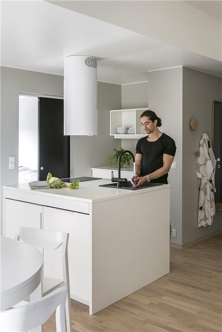 ▼浅木色调的客房的厨房中岛空间,充当客房的中心空间