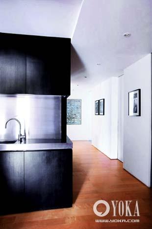 ,用黑色橱柜做餐厅吧台的心思可以窥见一斑.-香港籍设计师的私密